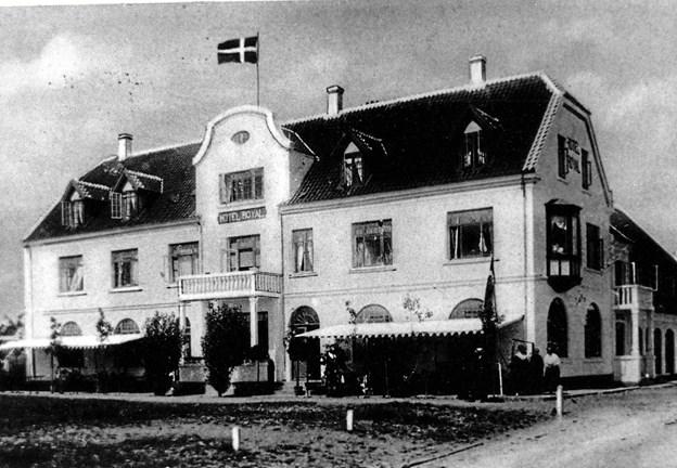 Hotel Royal i strid nordøstenvind med buet kvist og hængende karnap.