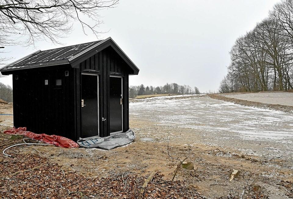 Overfor Vagthøj er der etableret ny stor parkeringsplads med toiletfaciliteter. Der kommer også borde-bænke-sæt, affaldsstativer og shelters i området. Foto: Niels Helver
