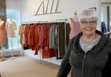 68-årige Edda Baade kan ikke forestille sig noget bedre end at arbejde frivilligt i en Blå Kors butik.         Foto: Blå Kors