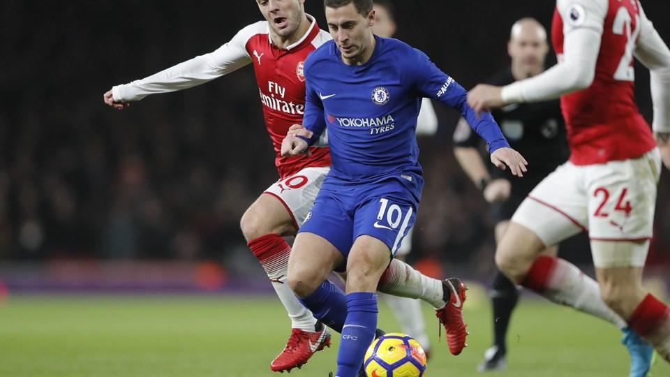 Kampens to første målscorere ses her i duel om bolden, da Arsenal og Chelsea spillede 2-2. Foto: /ritzau/AP/Frank Augstein
