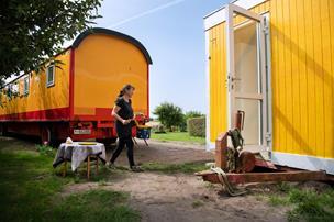 Et værre cirkus: Nu kan du bo i gamle cirkusvogne på Gjøl
