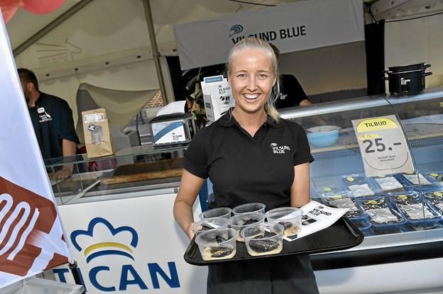 Hos Vilsund Vlue blev det til næsten 1000 portioner blåmuslinge, dampet i Limfjordsporter, der blev givet væk. Luna Kjærsgaard var den rundhåndede uddeler. Foto: Ole Iversen