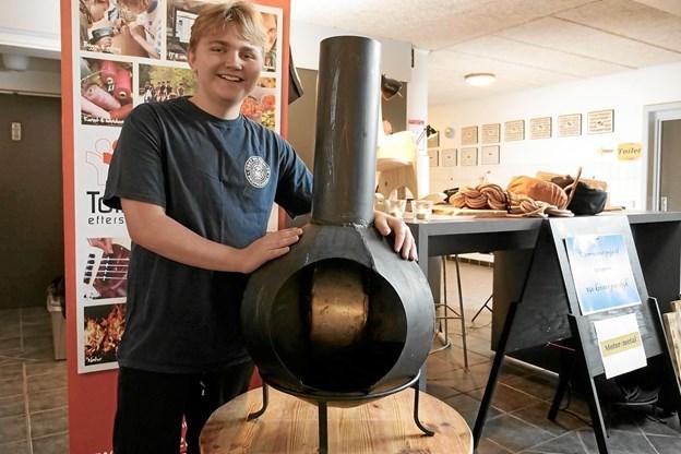 Felix Marius Aarup Winkler kunne stolt fremvise brændeovne, som han havde været med til, at lave på værkstedet for Motor & Metal. Foto: Peter Jørgensen Peter Jørgensen