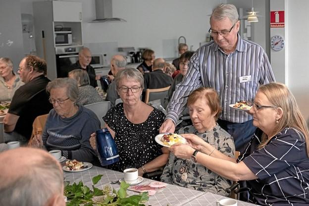 """I pausen serverede de frivillige i """"Dame/Herreklubben"""" kage og kaffe til de mange publikummer. Foto: Niels Helver Niels Helver"""