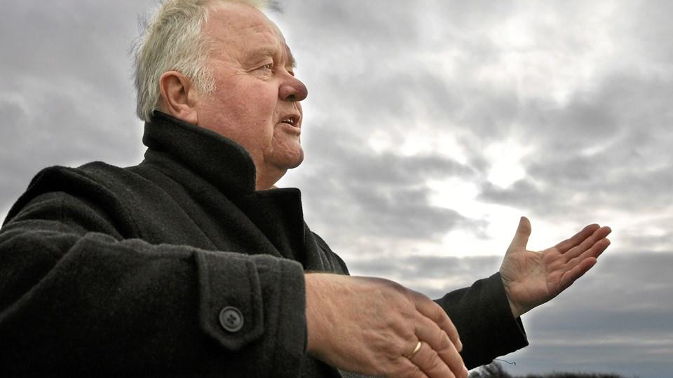 Peter Abrahamsen synger og fortæller om Jeppe Aakjærs digte.  Foto: Anders Knudsen
