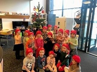 Nykredit har nu fået det flotteste juletræ med pynt, og vi siger mange tak til børnene i Børnehuset Bangsbo.. Privatfoto