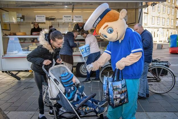 FREDERIK tog en tur rundt i byen med karameller til de yngste. Foto: Peter Broen