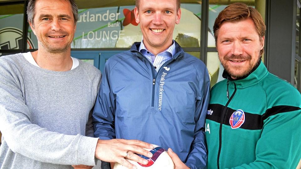 Sportschef Jens Hammer (t.v.) og cheftræner Jonas Dahl. Manden i midten, Carsten Brandt Andersen, er i en fodboldmæssig sammenhæng til at overse. Han kommer ikke på hold. Til gengæld er han værdifuld som direktør hos en af sponsorerne, Jutlander Bank. Privatfoto