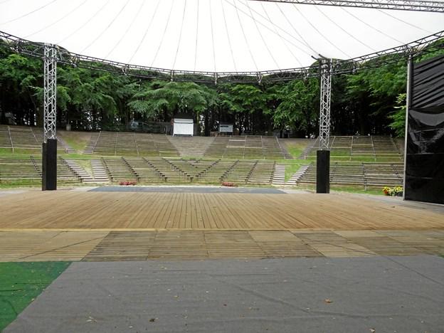 Sct. Knuds himmel er den flytbare konstruktion, der skaber ly og læs på scenen i byens grønne park.