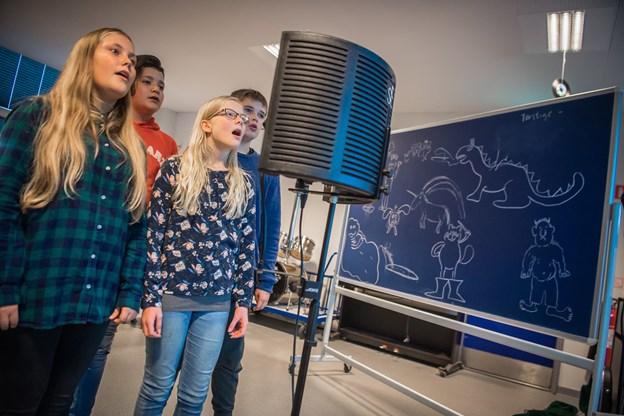 Elevene i 7.d både skrev og sang deres egen tekst. Penille Lea Nielsen (forrest til venstre) meldte sig som en af flere forsangere:   -Det er blevet en rigtig sjov sang. Jeg synes, det kunne være sjovt at skrive en sang mere engang.  Foto: Martin Damgård