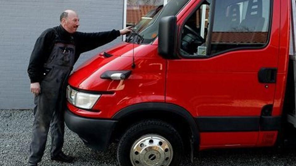Der blev begået indbrud i ni biler natten til torsdag i Bedsted. Hos Sørens Auto, fortæller Søren Larsen, at det er første gang i de 17. år han har været selvstændig, at han har oplevet indbrud i en af hans biler. Iveco autotransporteren fik smadret en rude og stjålet en GPS. Foto: Peter Mørk