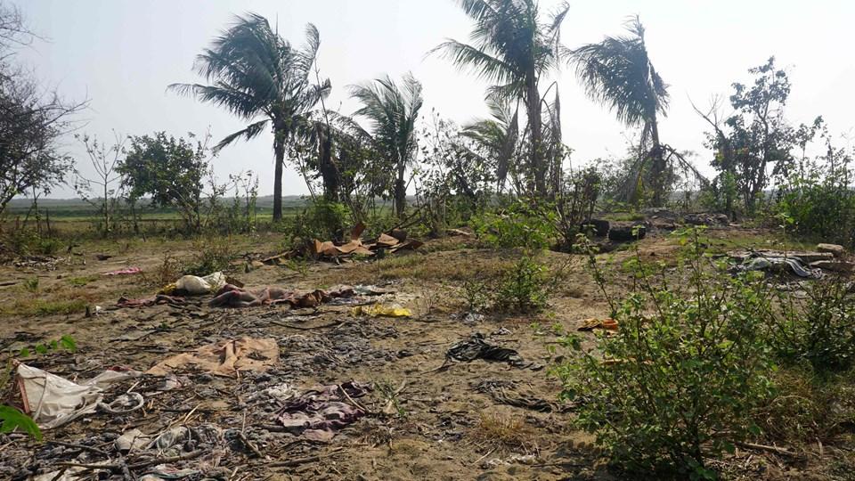 Sodede rester af huse og beplantning ligger tilbage i landsbyen Inn Din i Rakhine-delstaten i Myanmar, ikke langt fra grænsen til Bangladesh. Syv medlemmer af Myanmars sikkerhedsstyrker er idømt hver ti års fængsel for drab på ti rohingya-muslimer i den nu nedbrændte landsby. Foto: Scanpix/Joe Freeman/arkiv