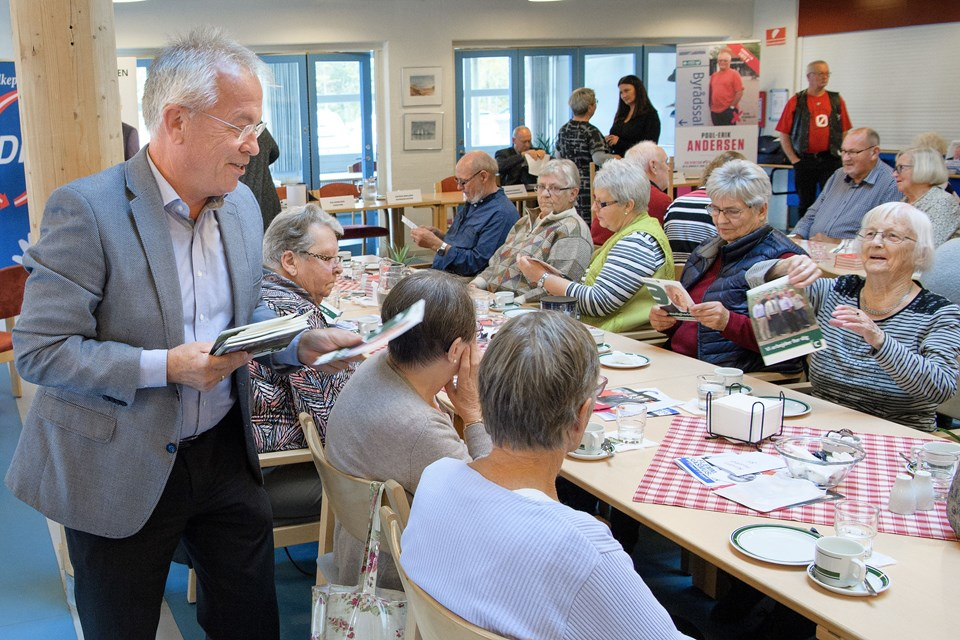 Peter Nielsen (K) havde valgflæsk med fra Aalbæk.  Foto: Peter Broen