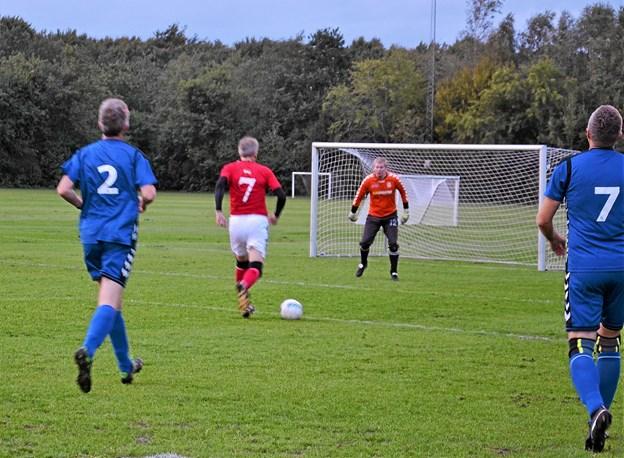 Jarl Ardens Jesper Christiansen har rykket sig fri og scorer kampens første mål. Senere scorede Jesper nok engang... Foto: Jesper Bøss