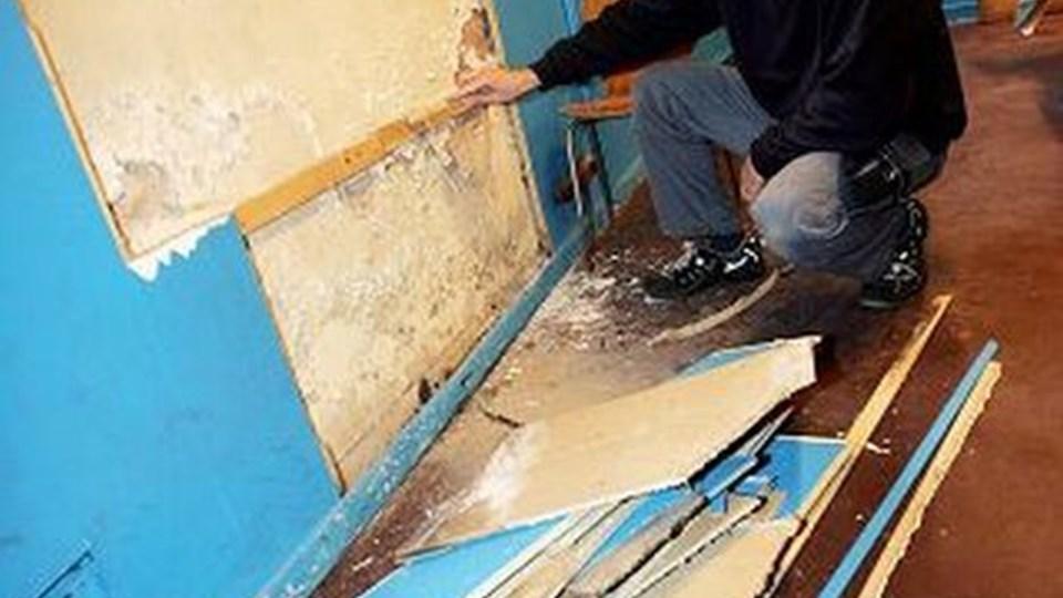 Pedel Kim Jensen undersøger Valsgaard Skoles kælder for fugt og skimmelsvamp, der nu skal fjernes.FOTO: Per Kolind