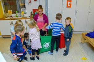 Klimatosset børnehave: Småbørn sorterer affald og dyrker gulerødder