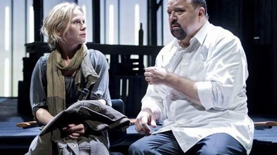 Flemming Jensen spiller spindoktoren Max i sit eget stykke på Det kgl. Mette K. Madsen er en kvindelig spejderleder. FOTO THOMAS PETRI