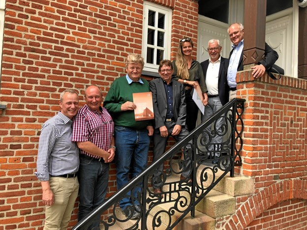 Fra højre Karl Henrik Laursen (næstformand, Kornets Hus), Steffen Nørgaard (direktør, Spar Nord Fonden), Tinna Engqvist (arkitekt), Ole Peter Christensen (direktør, Spar Nord Hjørring), Jørn Ussing Larsen (initiativtager), Jens Lau Nielsen (Spar Nord Hjørring) samt Peter Hermansen (projektleder, Kornets Hus).