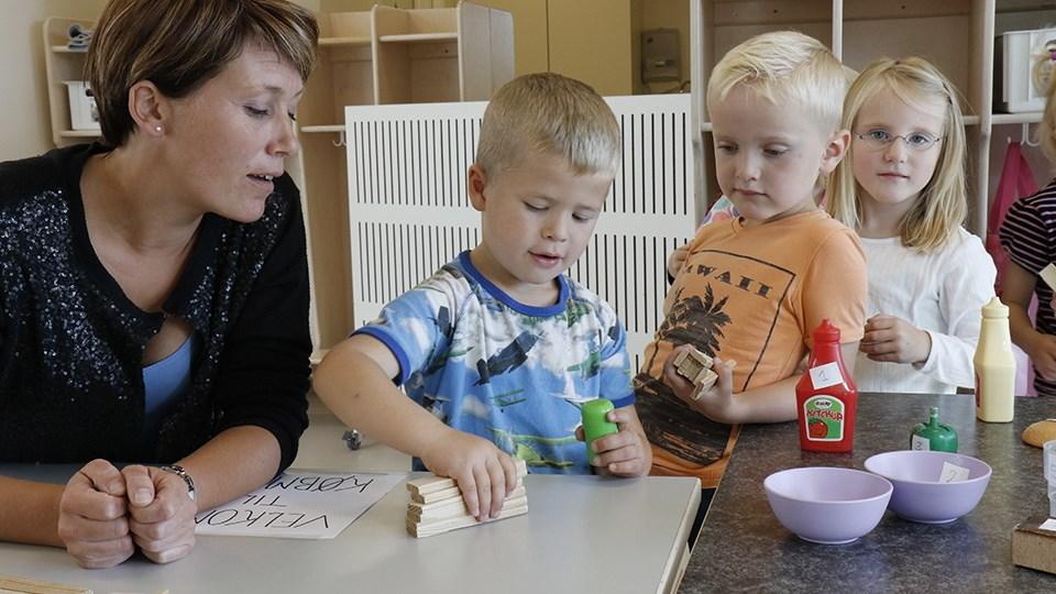 Pædagog Camilla Haldrup leger købmandsbutik sammen med børnene i Børnehuset Lunden i Nibe.