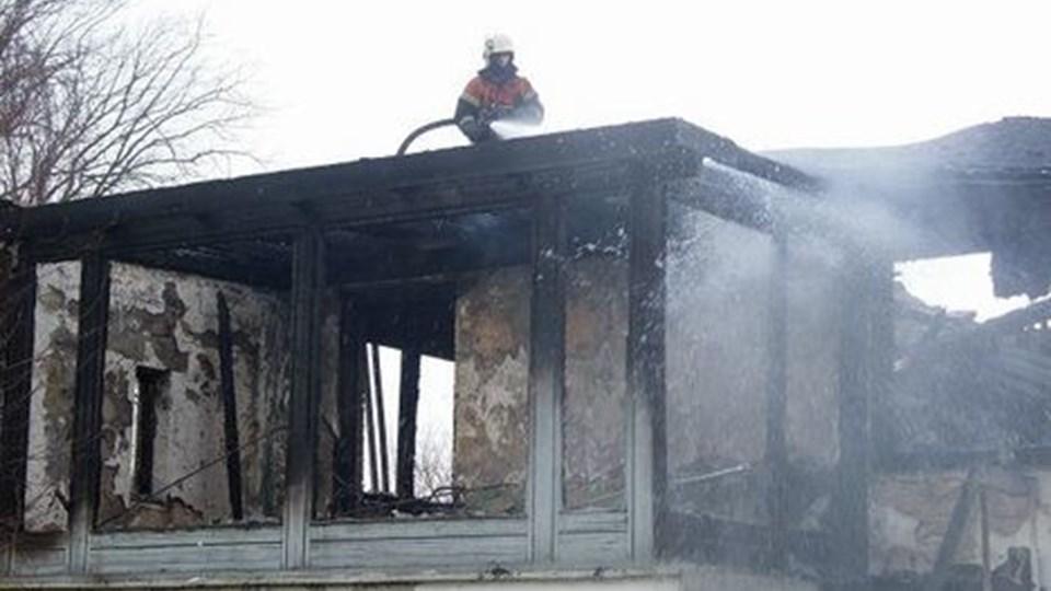 Brandfolkene forsøgte at standse ilden ved at rive taget af villaen, men var på en håbløs opgave. Privatfoto
