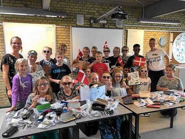 Gitte Nielsen og 5A på Rolighedsskolen. Her blev der samlet 350 par briller ind til afrikanske børn.Privatfoto