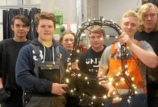 En flok unge fra produktionsskolen har givet en stor hånd med at renovere den efterhånden ti år gamle julebelysning. Privatfoto