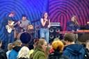 1000 unge var samlet til musikfestival - og jog regnen på flugt