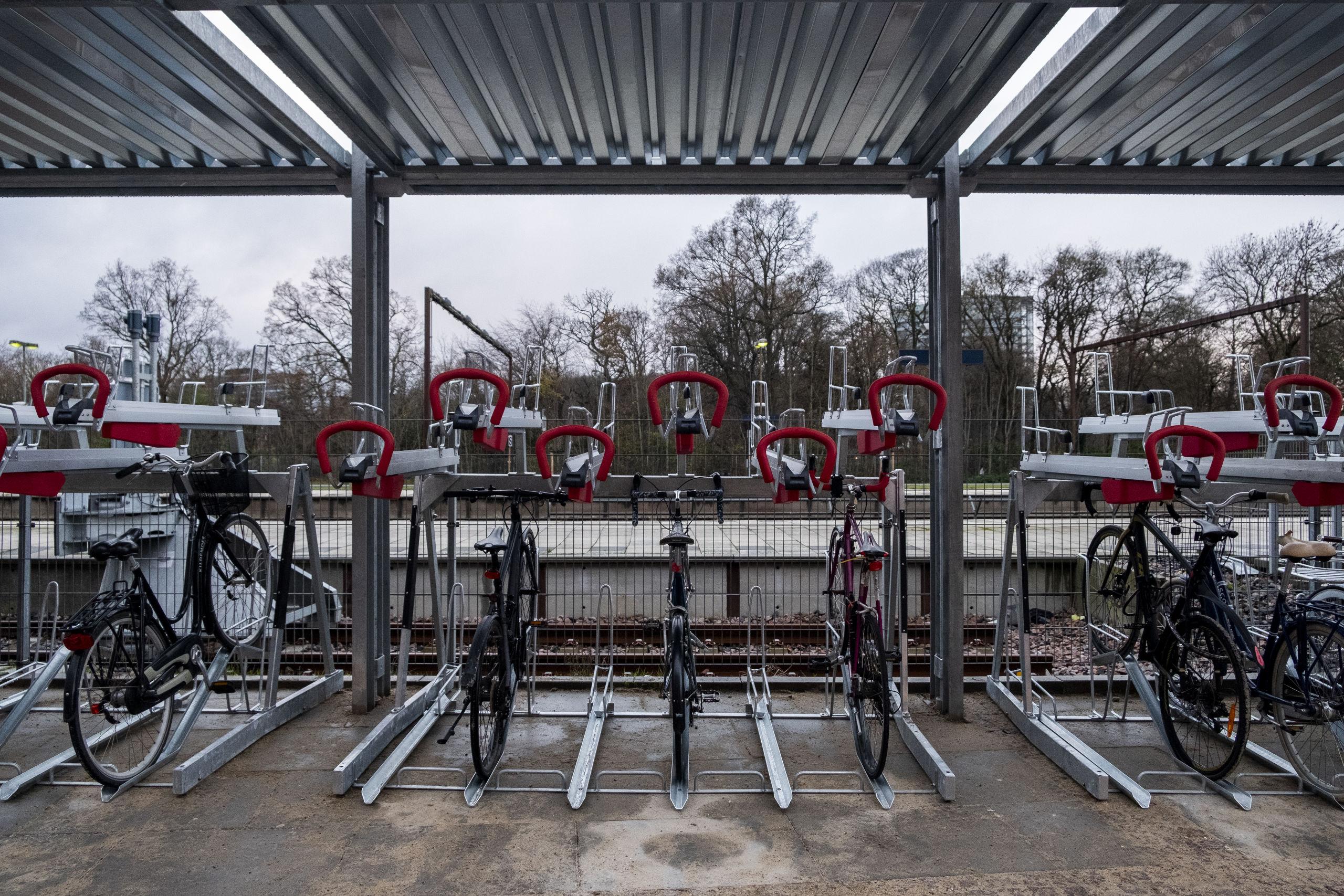 Cykelparkeringen finder du ved banegården og busterminalen. Foto: Lasse Sand