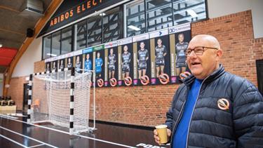 Jan købte dødsdømt sportshal for en krone: Nu mødes elitefolk med strikkeklubben