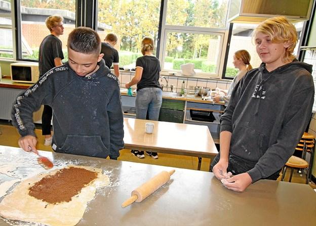 Daniel og Philip går begge i 10. klasse på Dronninglund Skole. De demonstrerer her, hvordan en kanelsnegl skal fremstilles.  Foto: Jørgen Ingvardsen