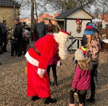 Mange børn fik en hyggelig snak med Julemanden om opførsel og ønsker op til den kommende højtid.Foto: Kenneth Jørgensen og Kasper Mølbæk